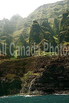 Hawaii, Kauai, Na Pali Coast, Rugged cliffs along ocean.